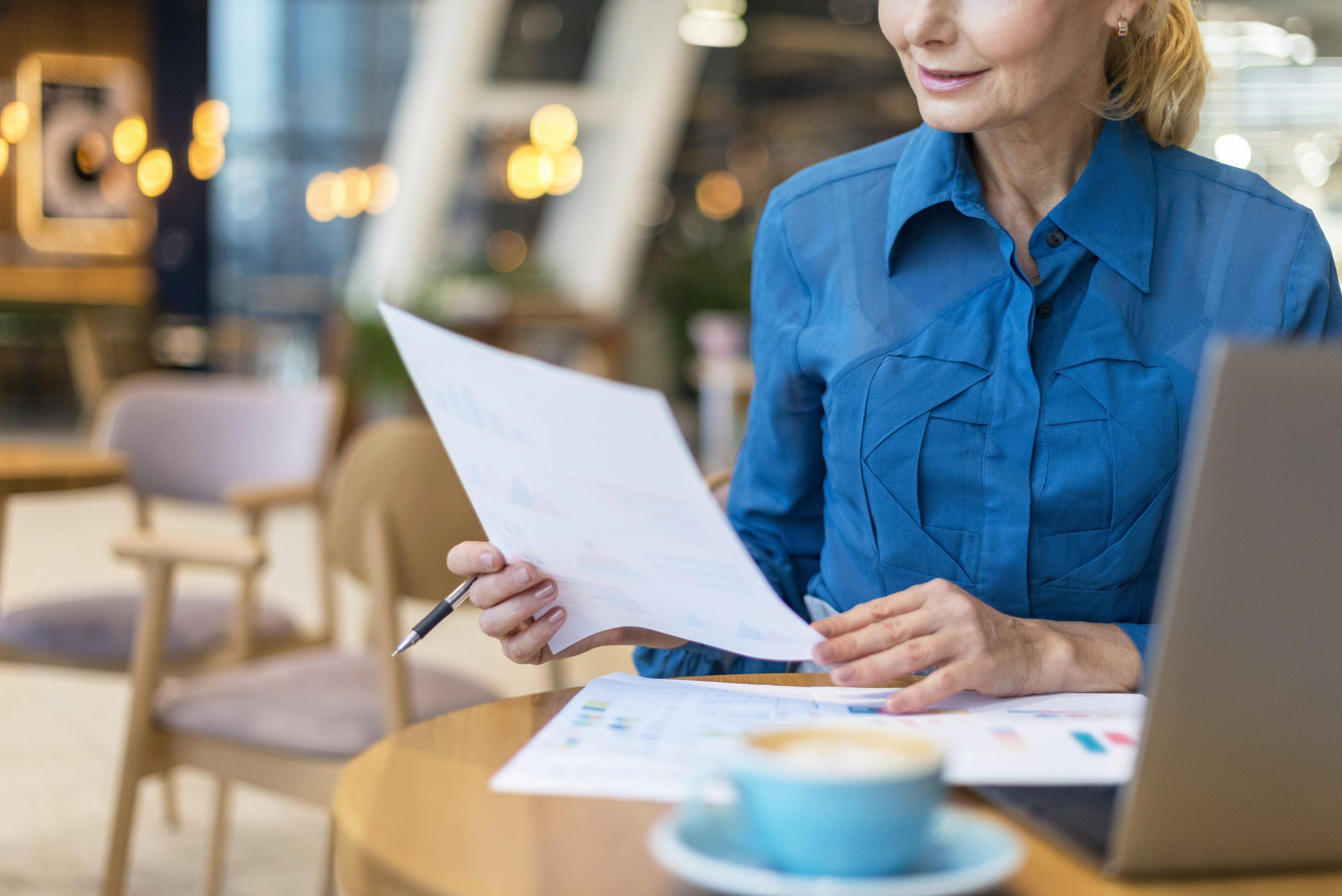 Femme de la protection adulte tien un contrat dans les mains pour signature